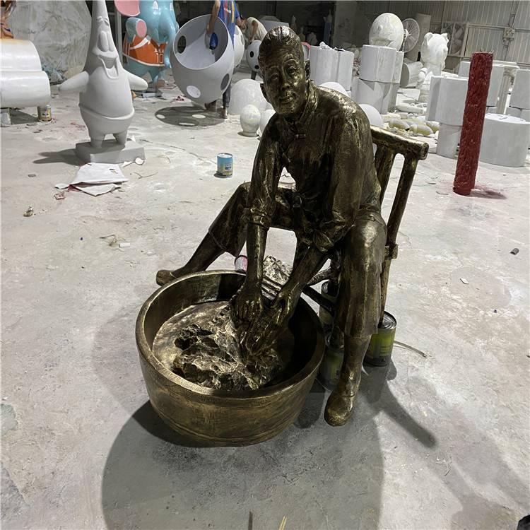 清远老婆婆洗衣服雕像 玻璃钢仿铜人像雕塑 情景小品