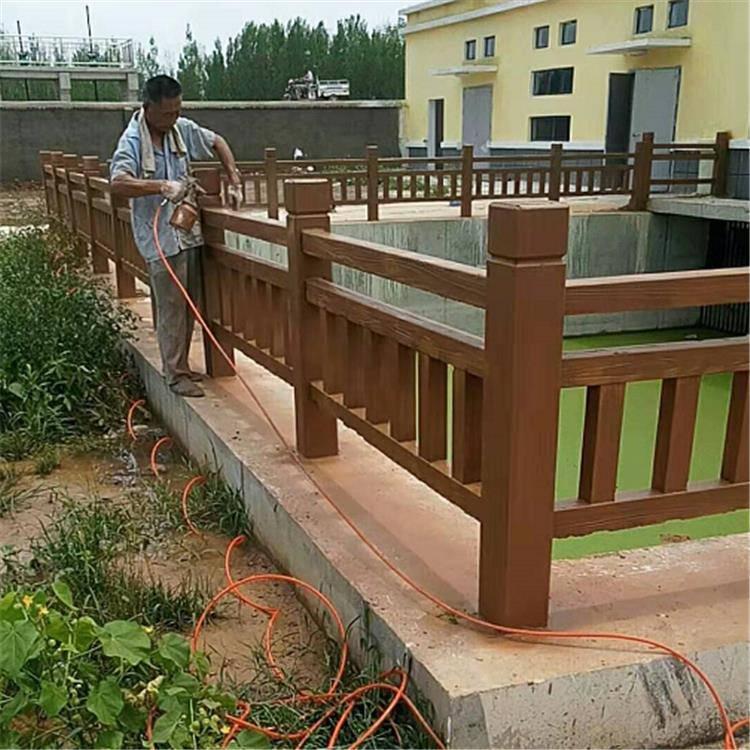 中达建材厂家供应河提水泥仿木桩护栏栏杆 混凝土仿木草坪栅栏
