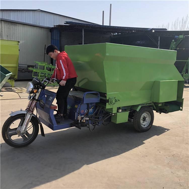 新疆牛羊自動喂料車 自走式三輪撒草車 柴油機撒料車