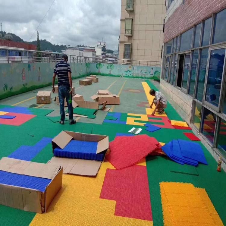 山东烟台篮球场悬浮地板安装 悬浮拼装篮球场地板 耐磨不积水可拆装 详询鑫威体育