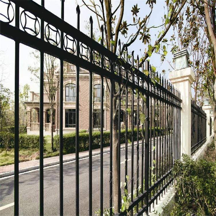 四川小區圍牆鋅鋼護欄網廠家圍牆柵欄網安裝施工中