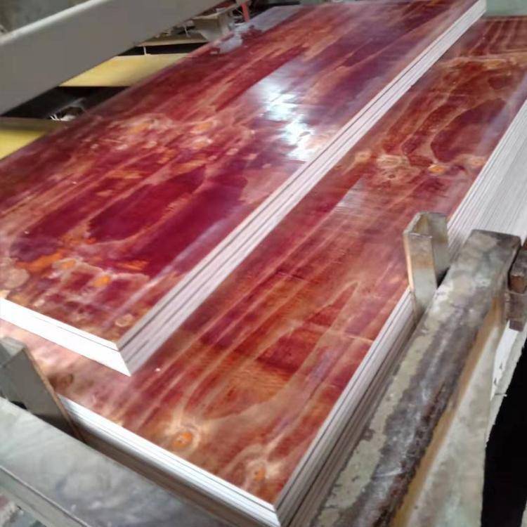 模板生产过程,酚酫面锯边中。