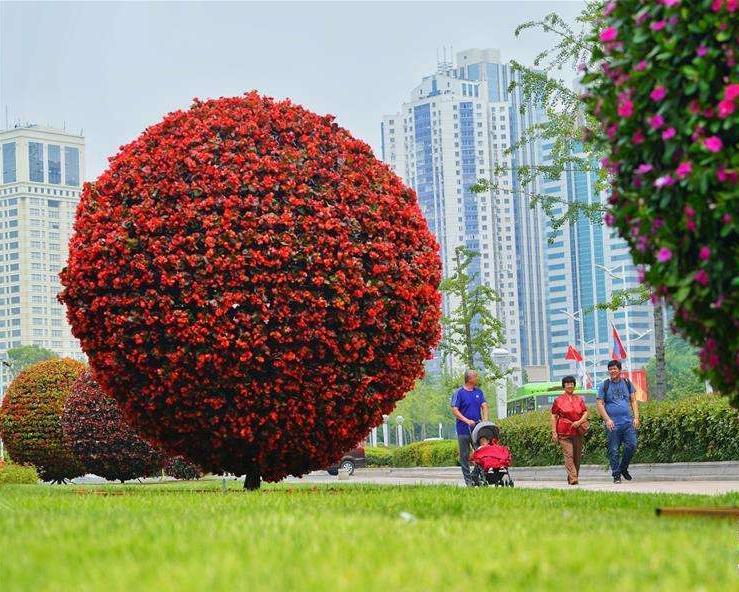 陜西渭南樹葉樹干綠雕成都雕塑藝術作品定制