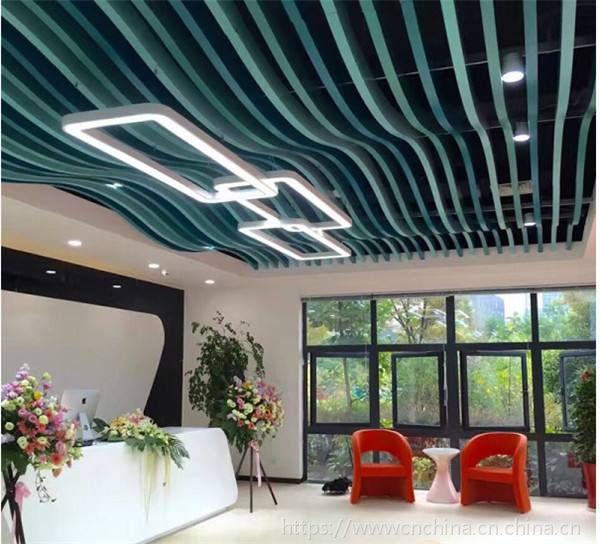 弧形铝方通,木纹波浪铝格栅,造型组合铝天花厂家