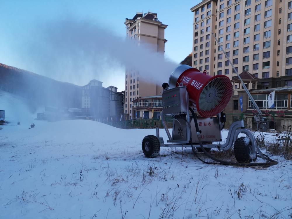 河北萬龍滑雪場用諾泰克人工造雪機制雪中......