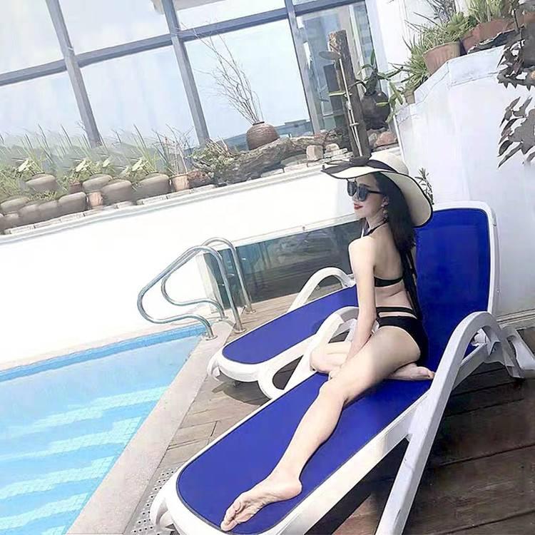 三亚星级酒店户外泳池沙滩躺椅带扶手靠背户外折叠塑料沙滩躺椅