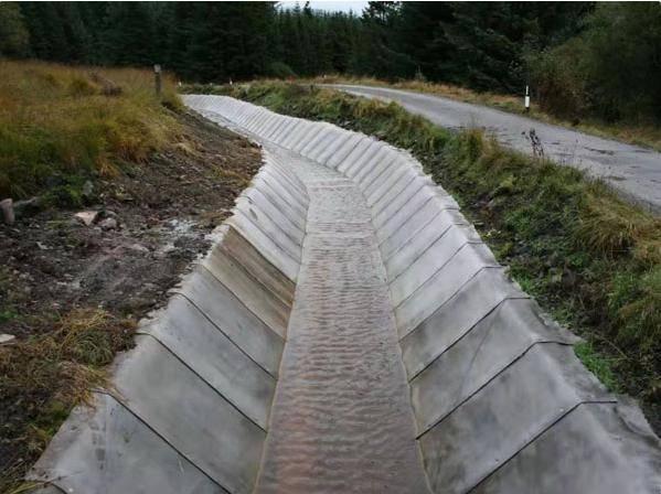 别用混泥土了,现在流行一种水泥毯,遇水就能凝固,耐磨又方便!