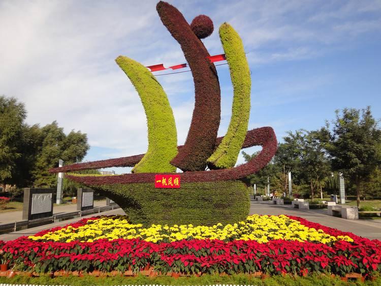 陜西延安人物臉譜造型綠雕大草地主題仿真綠雕定制