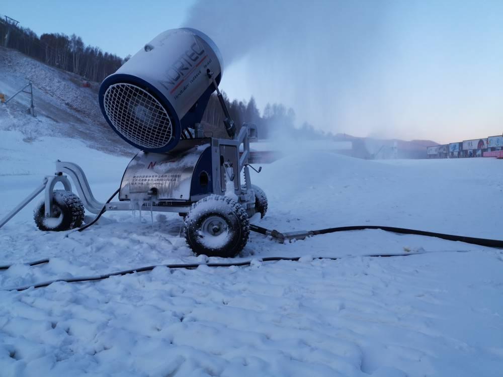吉林北大壺滑雪場用15臺諾泰克雪狼造雪機制雪現場