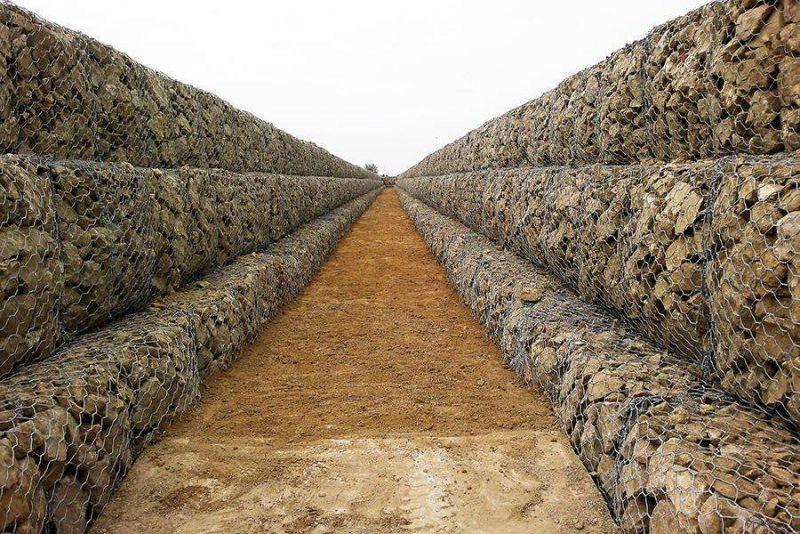 石笼网片制作,快速高效。石笼网机器编织过程,均匀牢固。