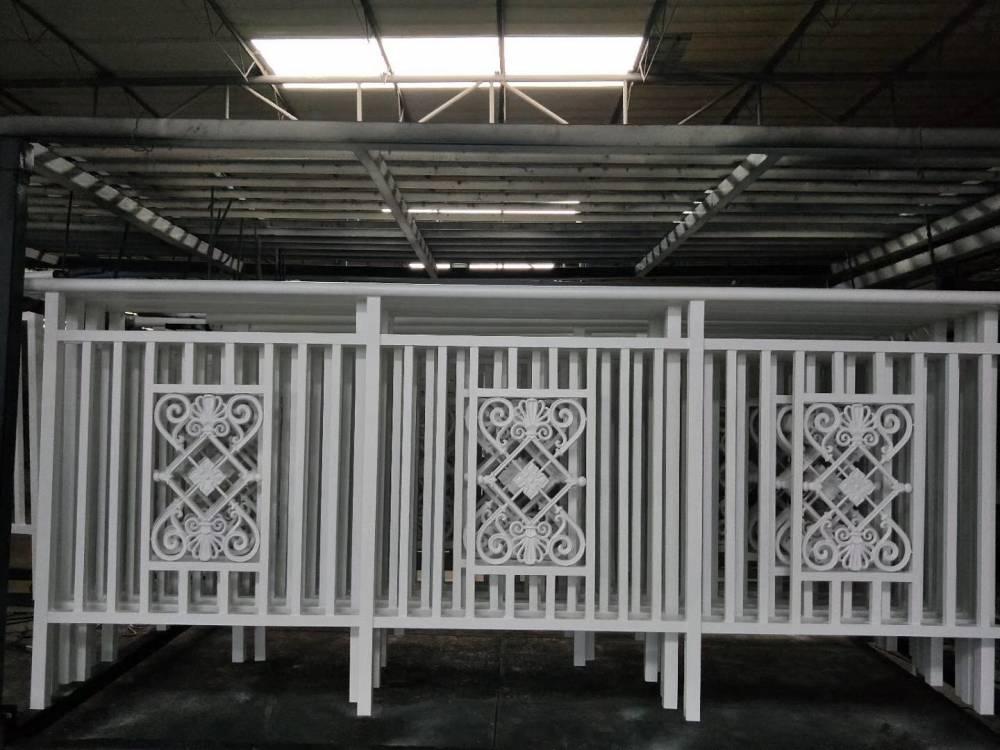華軒護欄廠定制安裝鋅鋼空調欄桿,高空現場吊裝!