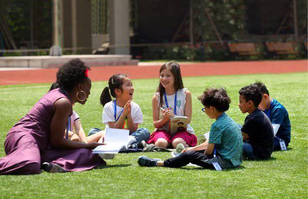 贝赛思国际学校的学生和老师在一起