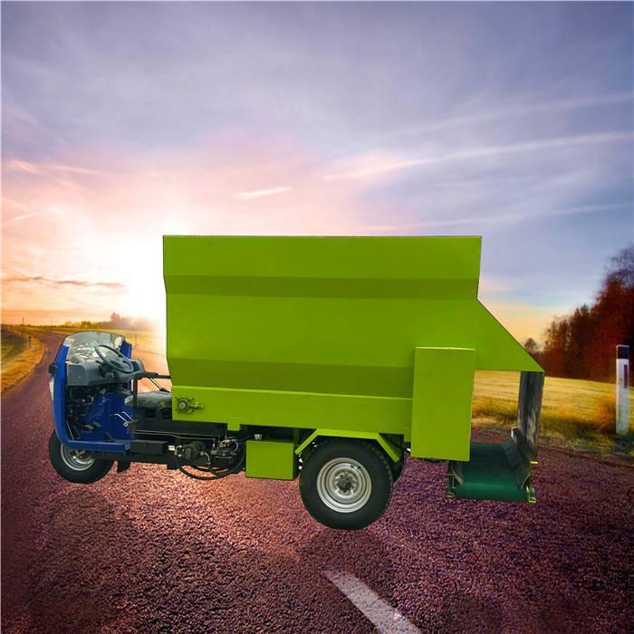 出料均勻的飼料撒料車 牛羊驢投料機 柴油三輪式撒料車
