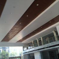 ?广本汽车4S店覆膜木纹铝单板吊顶|本田展厅白色铝单板天花厂家