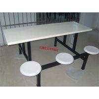 广西柳州地区四人位连体带靠背餐桌椅,食堂六人位玻璃钢组合餐桌椅