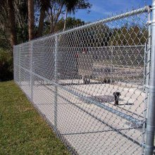 供应包塑勾花网 运动场地围栏 浸塑铁丝网围栏