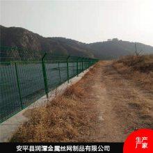 达州公路上用的绿的护栏网是浸塑护栏网,润潭生产厂家