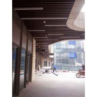 青岛地下车库50×100mm仿木纹铝方通吊顶利于空间的灯光效果以及消防喷淋