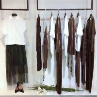 木翌女装广州品牌折扣店加盟成都库存女装尾货批发走份多种风格纯麻T恤