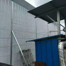 高速公路隔音墙 金属百叶孔屏体 斜插式新型声屏机场路彩钢板声屏障