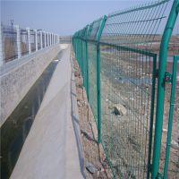 养猪场围墙铁丝网价格优,坚固耐用别墅三角防护网