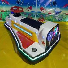小孩子在公园里经常玩的小飞机碰碰车炫酷的彩灯