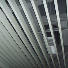 条形铝扣板、木纹铝方通装饰 学校大楼通道吊顶铝天花