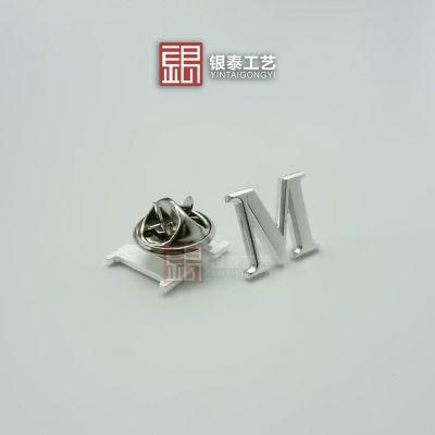 字母纯银胸章定制_M胸章价格_缕空纯银徽章厂家