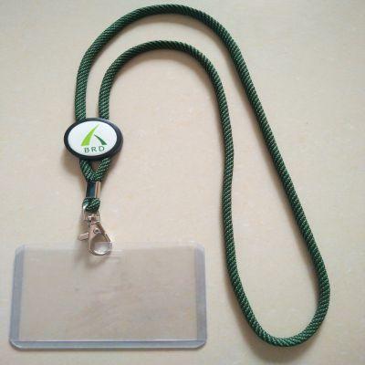 间色带绿色与黑色相间的涤纶圆绳配上客人定做滴胶LOGO做工牌带