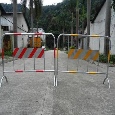 鸿宇筛网厂家批发1.5米红白带板定制烤漆铁马护栏 -13