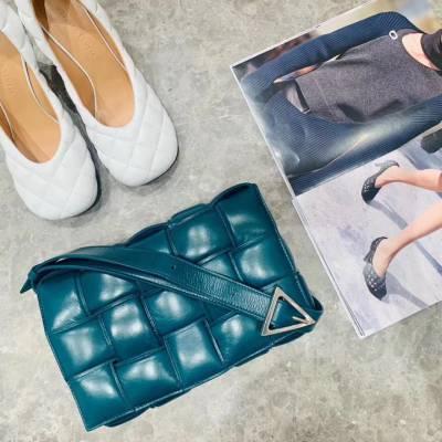 批发真皮潮流女包 时尚bags新款枕头包软牛皮编织小方包 斜跨包可定制 广州丽亚美皮具供应商