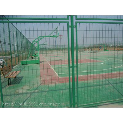 供应高强度球场防护网 体育围网 训练场勾花隔离栏 PE包塑菱形网