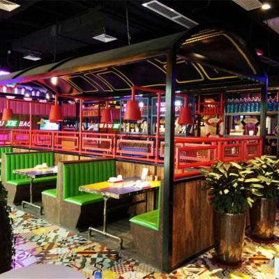 肉蟹煲主题餐厅家具定制,工业风卡座沙发餐桌椅子厂家