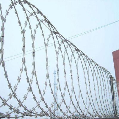 监狱围墙带刺防护网 圈地防护刺绳网 镀锌铁丝网刺绳